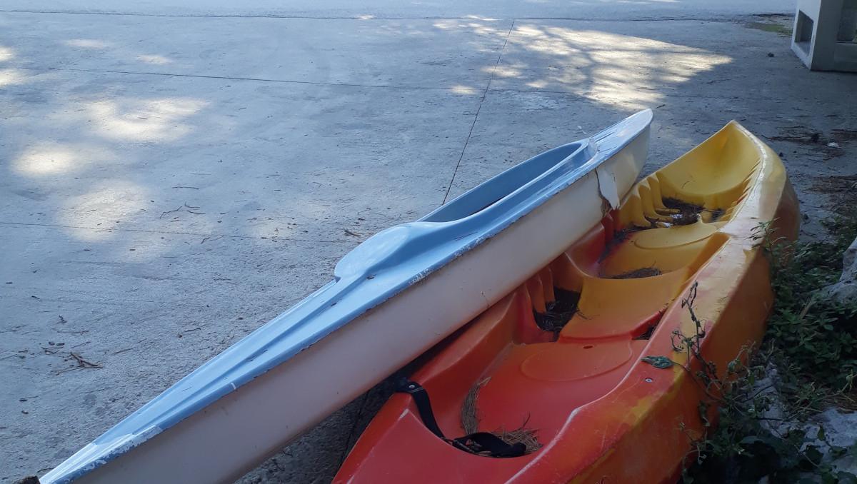 Kaksi kanoottia rannassa